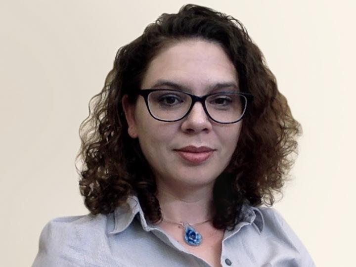 headshot of Elizabeth Irvin-Stravoski